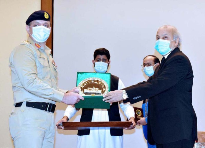 ISLAMABAD: September 03 – Mr. Justice Gulzar Ahmed, Honourable Chief Justice of Pakistan giving a shield to Major General Inayat Hussain, Chief Instructor, Armed Force War College during visit of delegation of National Security & War Course-2021 to the Supreme Court of Pakistan. APP