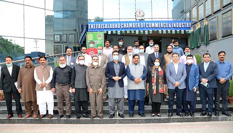 FAISALABAD: September 09 - A group photo of Governor State Bank of Pakistan, Dr. Reza Baqir and President Chamber of Commerce and Industry Rao Sikandar Azam with traders during visit Faisalabad Chamber of Commerce & Industry (FCCI) complex. APP photo by Tasawar Abbas