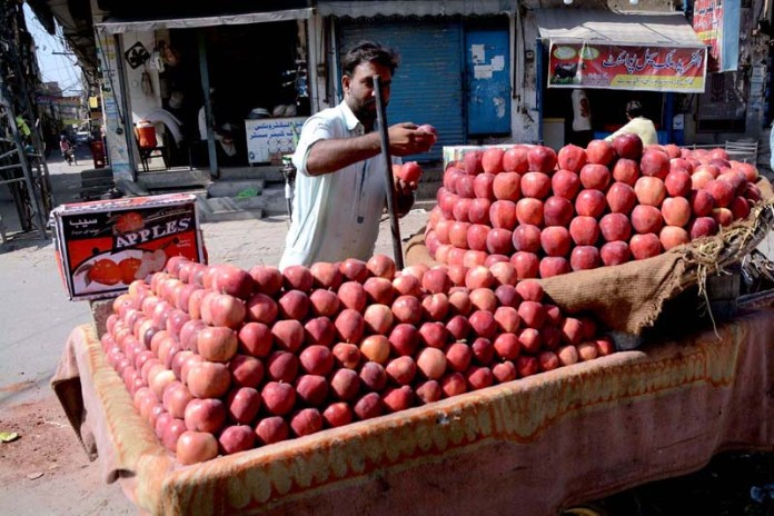 LAHORE: October 11 - A vendor displaying apples to attract the customers on pushcart. APP photo by Ashraf Ch