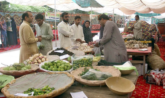 MULTAN: October 24 - People purchasing different daily commodities from Sasta Bazaar arranged by City District Government at Shamshabad. APP photo by Tanveer Bukhari