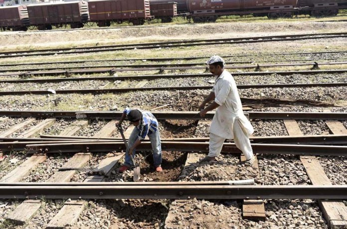 FAISALABAD: October 18 – Staffers of Pakistan Railways busy in repairing railway tracks during maintenance work. APP photo by Muhammad Waseem