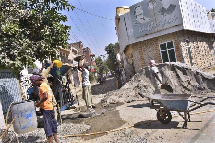 FAISALABAD: October 04 - Laborers busy in earning livelihood at an under construction house. APP photo by Muhammad Waseem