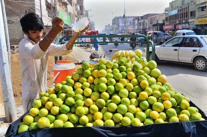 HYDERABAD: October 26 – A vendor displaying seasonal fruit orange to attract the customers at his roadside setup. APP photo by Farhan Khan
