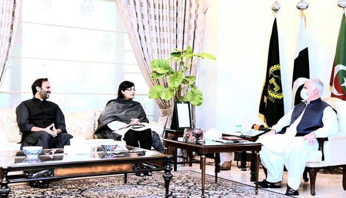 PESHAWAR: October 09 – Special Assistant to PM on Poverty Alleviation, Sania Nishtar meets Chief Minister Khyber Pakhtunkhwa to discuss about Panagahs. MD Pakistan Bait-ul-Mal is also present. APP