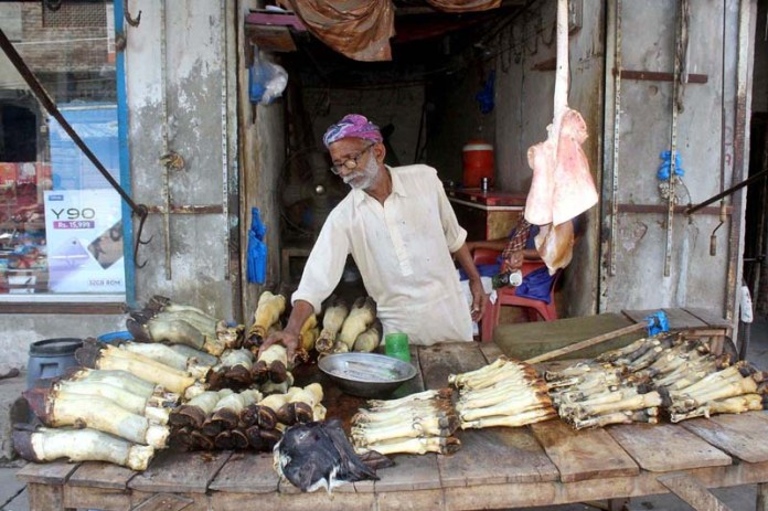 MULTAN: October 11 – Vendor busy in arranging and displaying Siripai (head and legs) of animal to attract the customer at his roadside setup. APP photo by Tanveer Bukhari