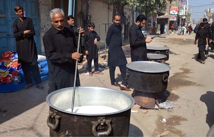 SARGODHA: October 16 – Volunteers busy in preparing niaz during 28 Safar Procession. APP photo by Hassan Mahmood