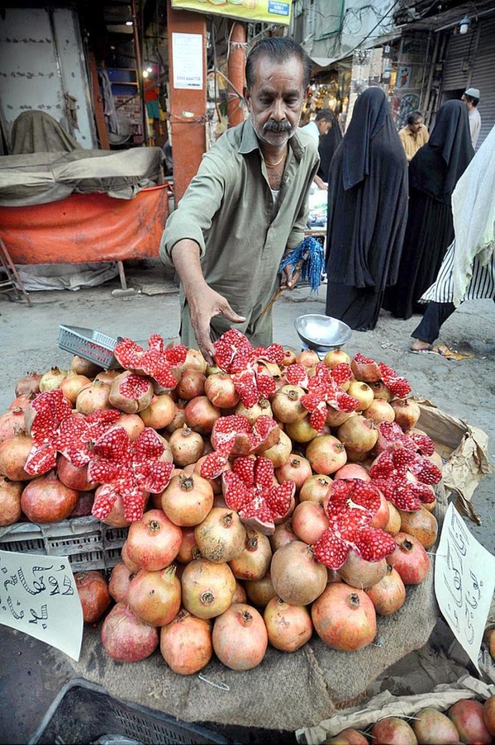 RAWALPINDI: October 09 – A vendor displays Pomegranates to attract the customers at mandi area. APP photo by Irfan Mahmood