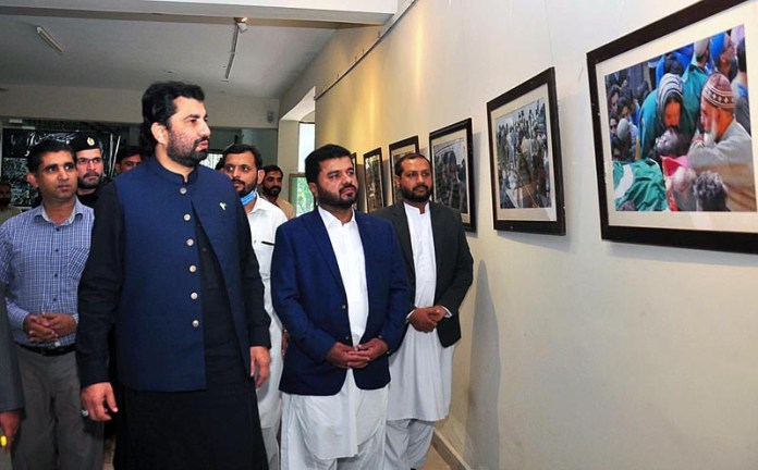 RAWALPINDI: October 26 – Deputy Speaker National Assembly Qasim Khan Suri viewing pictures exhibition in connection with Black Day Kashmir. APP