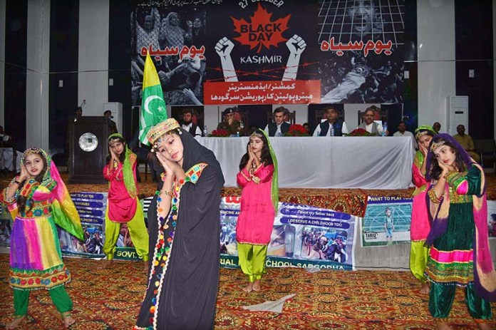 SARGODHA: October 27 – Students performing in tableau during function organized by District Government to mark Kashmir Black Day to express solidarity with the Kashmiri. APP photo by Hassan Mahmood