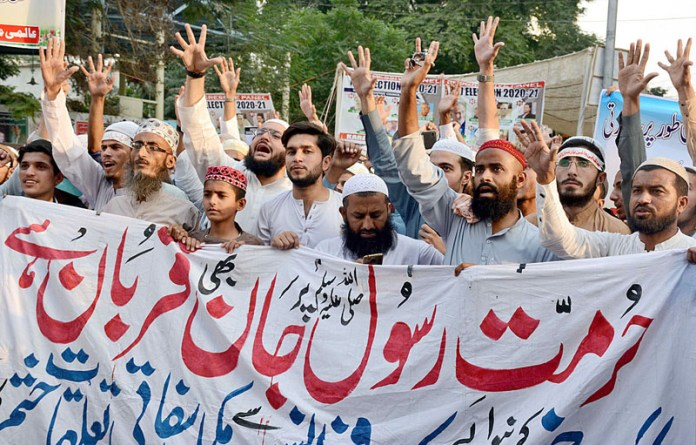 KARACHI: October 31- Activists of Aalmi Majlis Tahafuz e Khatam e Nabuwat Karachi holding protest demonstration against French government regarding the publication of blasphemous sketches and calling for a boycott of French products at Press Club in Provincial Capital. APP photo by M Saeed Qureshi
