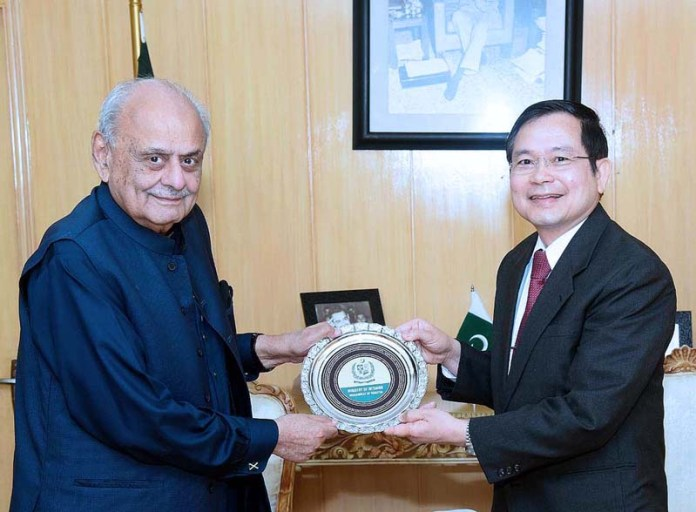 ISLAMABAD: October 02 - Federal Minister for Interior ijaz Ahmad Shah presents memento to the Ambassador of Kingdom of Thailand H,E. Mr.Pronpop Uampidhaya at the Ministry of Interior. APP