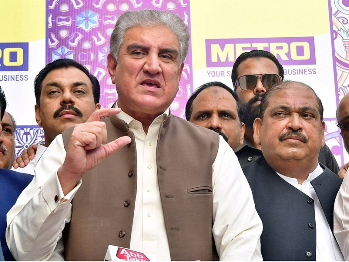 MULTAN: October 28 - Foreign Minister Makhdoom Shah Mahmood Qureshi talking to media persons after inauguration of Metro Cash and Carry at Bosan Road. APP photo by Safdar Abbas