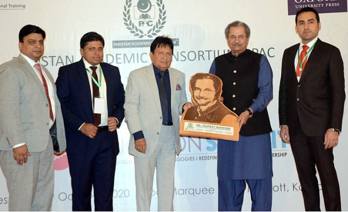 KARACHI: October 14 - Federal Minister for Education & Professional Training Shafqat Mehmood receiving the memento on the occasion of the 2nd National Education Summit organized by Pakistan Academic Consortium -PAS. APP Photo by Abbas Mehdi