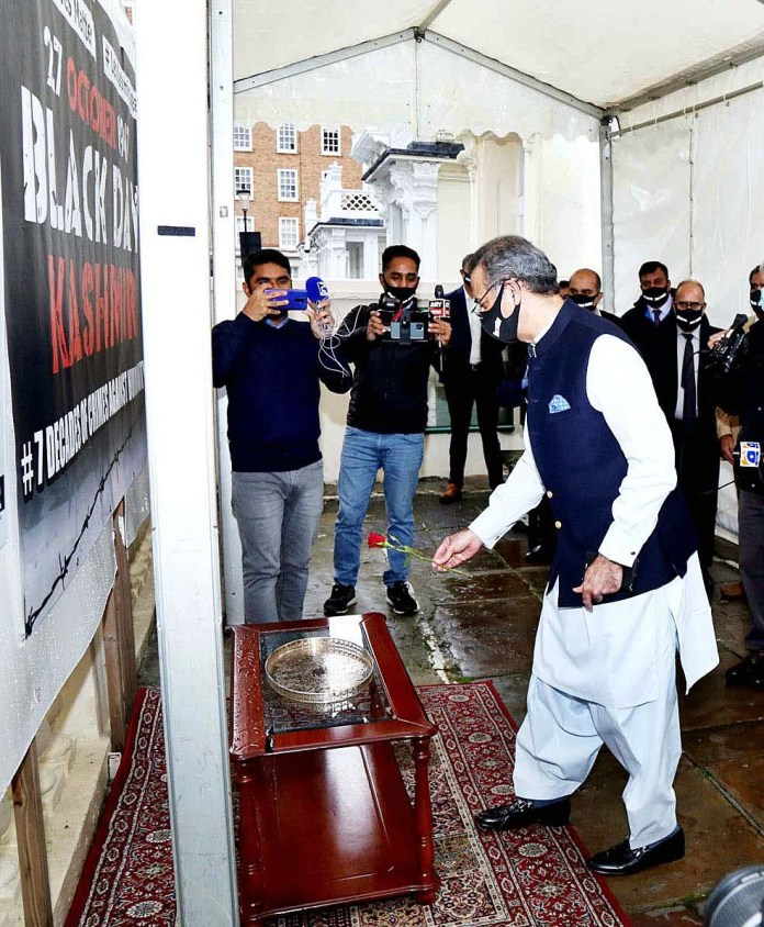 LONDON: October 27 – Pakistan High Commissioner to the UK Moazzam Ahmad Khan laying flowers in front of the photos of the Kashmiri victims of Indian brutalities at the photo exhibition held at the Pakistan High Commission London to observe Kashmir Black Day. APP