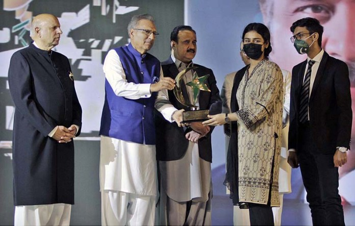 LAHORE: October 27 - President Dr. Arif Alvi giving away award to the family of a Corona Hero who died in the line of duty due to Covid-19 at Governor House. APP photo by Rana Imran