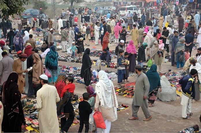 ISLAMABAD: November 14 – A large number of people selecting and purchasing different stuff displayed by vendors to attract the customers. APP photo by Saeed-ul-Mulk