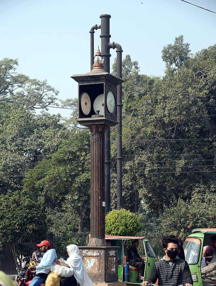 LAHORE: November 07 – A view of damaged clock outside Government College Chowk and needs the attention of concerned authorities. APP Photo by Aamir Khan