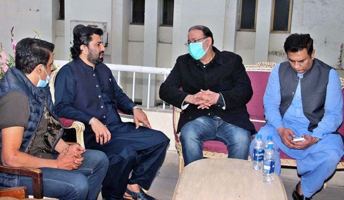 LAHORE: November 10 – Deputy Speaker National Assembly Qasim Khan Suri in a meeting with Ch Shafih Hussain son of Ch Shujaat Hussain enquiring about the reports of his father health at Service Hospital. APP photo by Tabasam Naveed