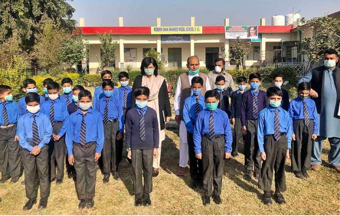 ISLAMABAD: November 04 – SAPM Dr. Sania Nishtar visiting a boys' school in outskirts of Islamabad to oversee the new enrolments of deserving children in Waseela-e-Tasleem (WeT) programme. APP