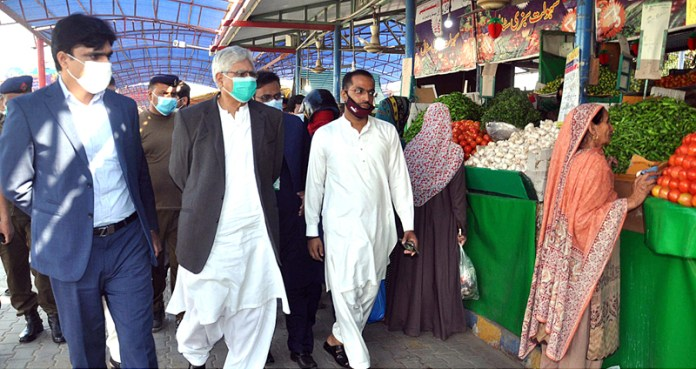 FAISALABAD: November 07 - Provincial Minister for Public Prosecution Ch Zaheer ud Din along with DC Muhammad Ali are visiting and checking model Bazaar at Jhang Road. APP photo by Tasawar Abbas
