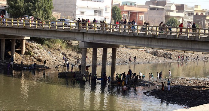 A large number youngsters catching fishes in closed Phuleli Canal due to annual maintenance