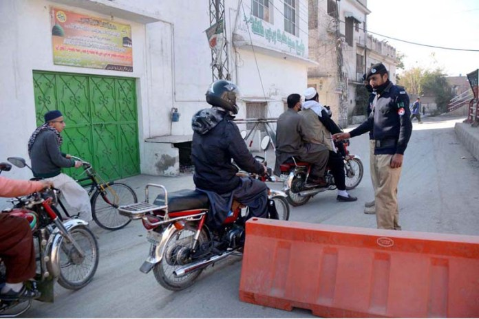 Police officials blocked Qadirabad area due to no entry without face mask as KP Government announced smart lockdown as precautionary measures to prevent COVID-19 in the city