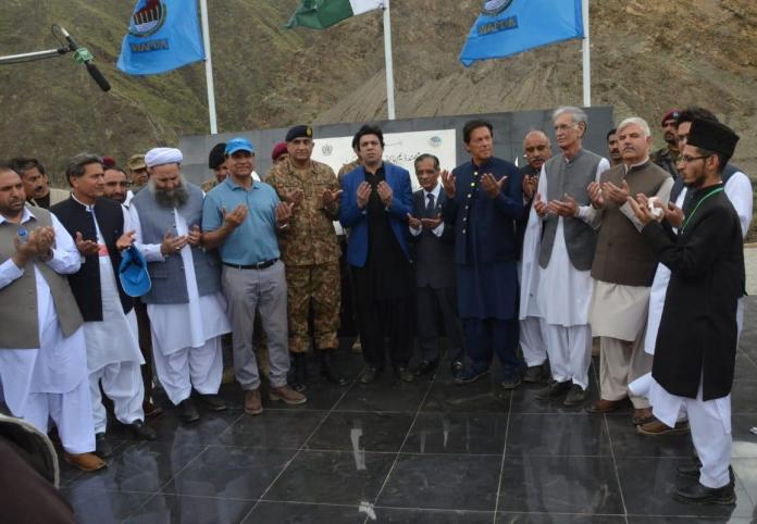PM offers dua after breaking ground for Mohmand Dam. The KPK Governor and Chief Minister, Defence Minister, Army Chief, former Chief Justice of Pakistan and ministers attended the ceremony.