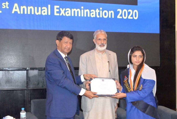VC University of Sargodha Dr Ishteaq Ahmad distributing prize during Result Declaration Ceremony of BA / BSc 1st Annual Examination 2020