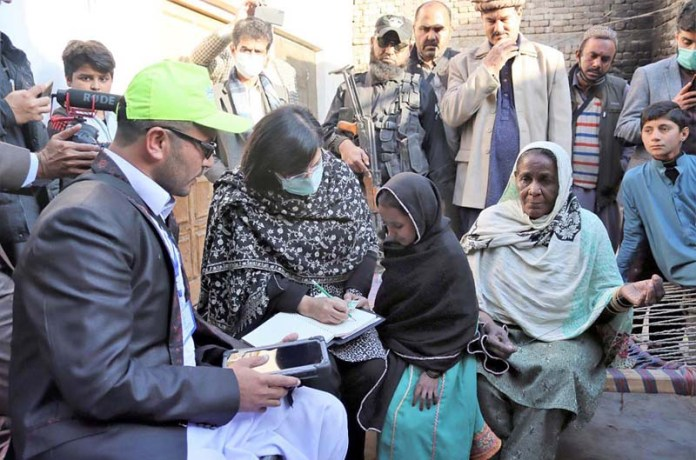SAPM Dr. Sania Nishtar inspects Ehsaas survey in the outskirts of Dera Ismail Khan