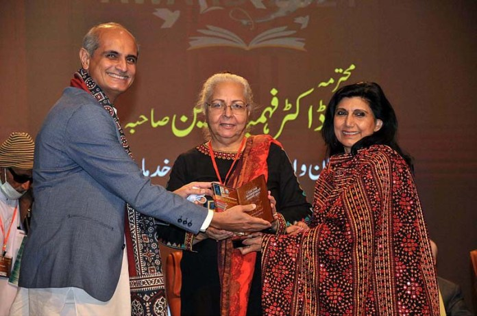 Dr Fouzia Saeed DG PNCA and Munawar Hassan Chairperson Indus Cultural Forum presenting lifetime achievement award to Dr. Fehmida Hussain during the Pakistan Mother Languages Literature festival 2021 at PANCA