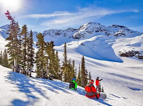 Snowboarders sur le mont Whistler