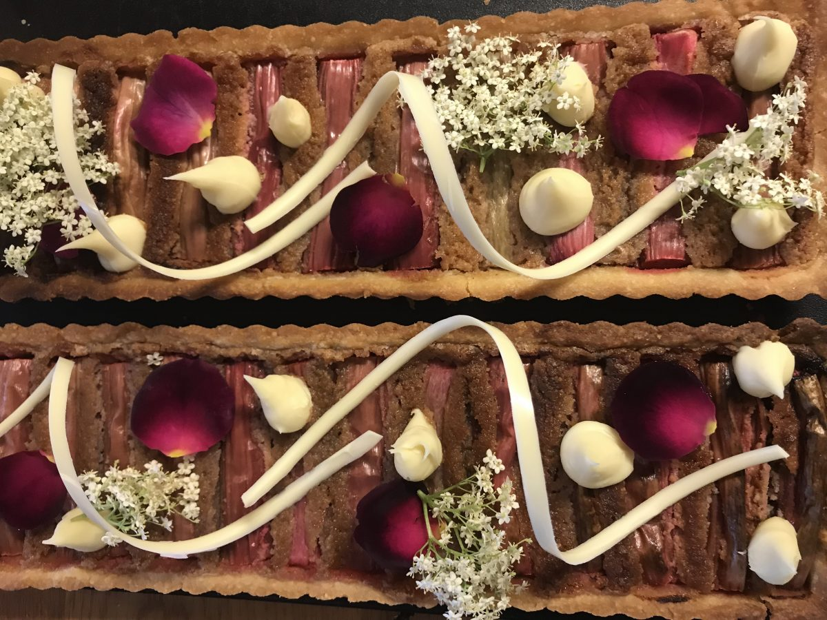 Rabarbertærte med hyldeblomstcreme