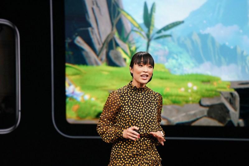 Ann Thai en el escenario del Steve Jobs Theater, revelando Apple Arcade.