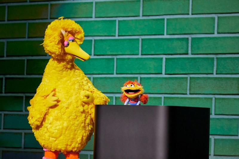 Big Bird y Cody de Plaza Sésamo en el escenario del Steve Jobs Theater.