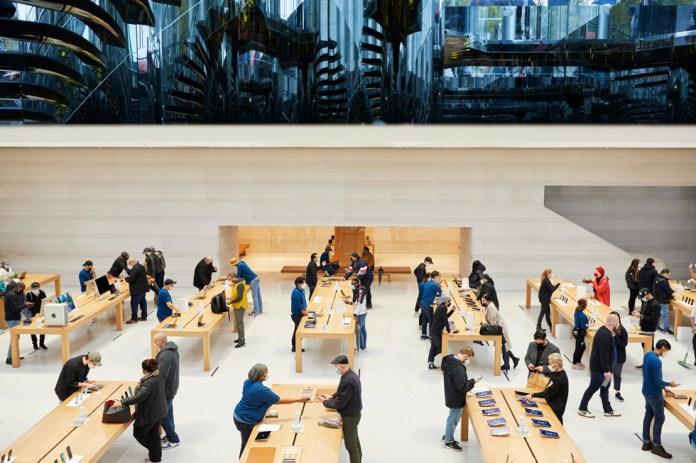 Clienti e dipendenti Apple ai tavoli di Apple Fifth Avenue.