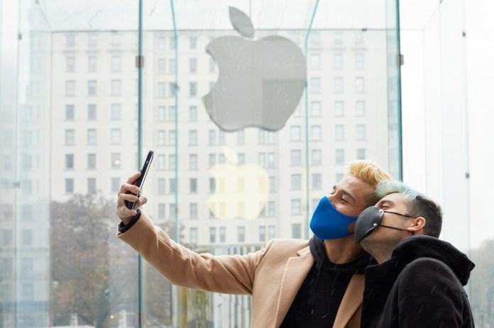 Due clienti si scattano un selfie dentro Apple Fifth Avenue con il nuovo iPhone 12 Pro Max.