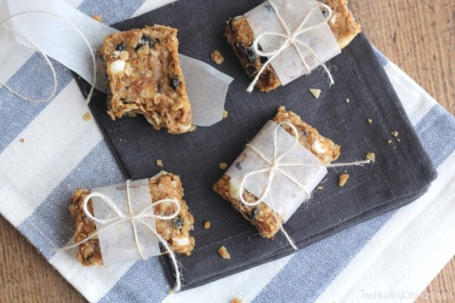 no-bake blueberry-almond oatmeal bars with white chocolate