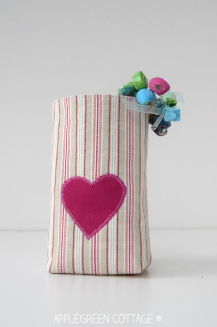 Valentine mini fabric basket - an easy Valentine sewing project. This diy small fabric bin is a great beginner sewing idea.