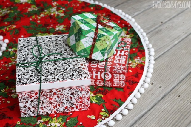 Tree skirt free patterns and more than 40 sewing tutorials for you to sew a Christmas tree skirt.