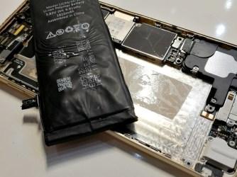 Starý iPhone - nafouknutá baterie