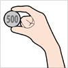 500円玉を持った手のイラスト