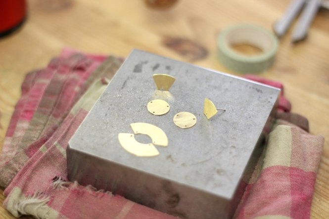 Boucles Statement - Découvrez pas à pas la fabrication de ces boucles aux formes géométriques sur www.apprendre-la-bijouterie.com