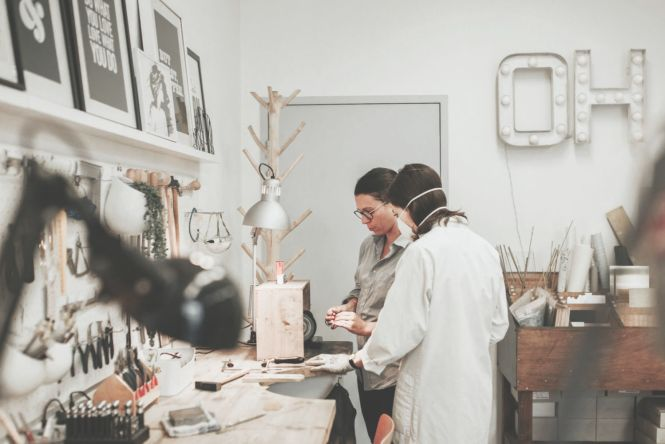 Se former à la bijouterie : faut-il choisir les bancs de l'école où l'apprentissage par l'expérience, autrement dit être autodidacte ? Quelques pistes de réflexion sur le blog...