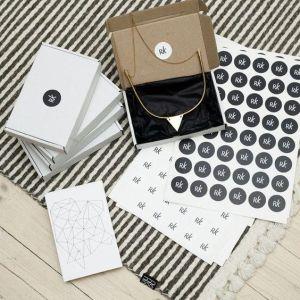Les stickers sont un bon moyen de créer un packaging de bijoux visuellement attrayant.