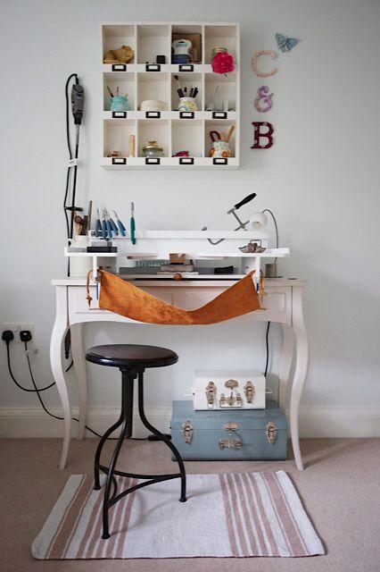 Un établi fabriqué à partir d'un simple bureau en bois