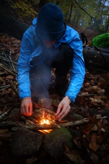 Premier feu de camp sous la pluie