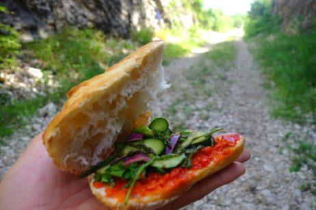 Asperges et plantes sauvages pour compléter les sandwichs
