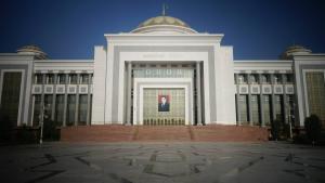 Le portrait du président sur un bâtiment public, Turkmenabat