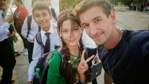 Écoliers Turkmen en uniformes