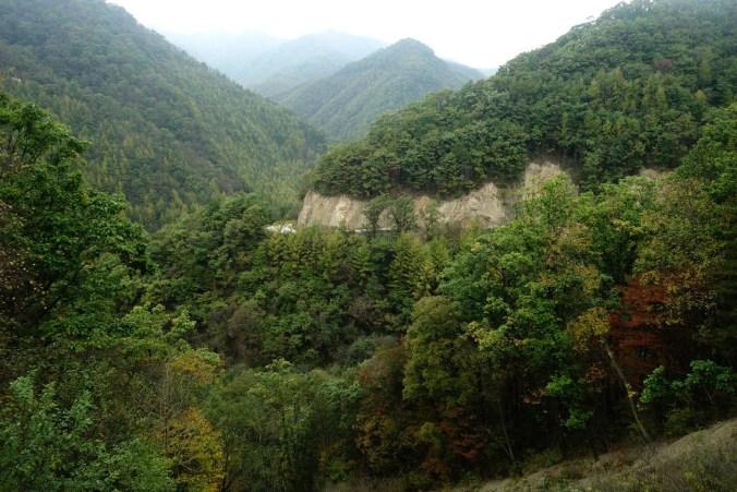 Derrière les grottes de Majistan